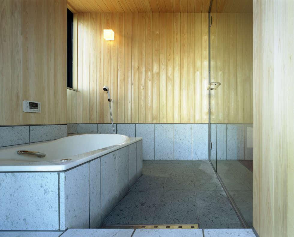 浴室: 濱嵜良実+株式会社 浜﨑工務店一級建築士事務所が手掛けた浴室です。