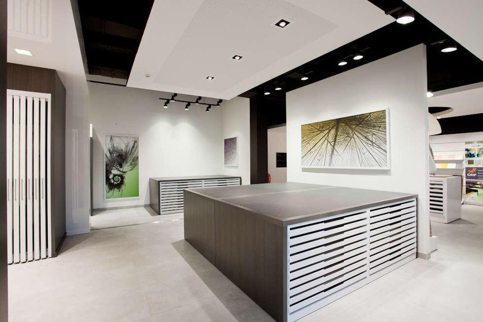 Showroom Bergmann Wien - i controsoffitti: Negozi & Locali commerciali in stile  di Foschi & Nolletti Architetti