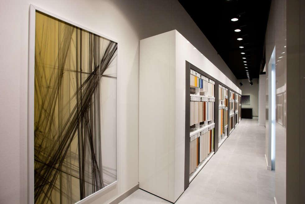 Showroom Bergmann Wien - galleria minimali: Negozi & Locali commerciali in stile  di Foschi & Nolletti Architetti