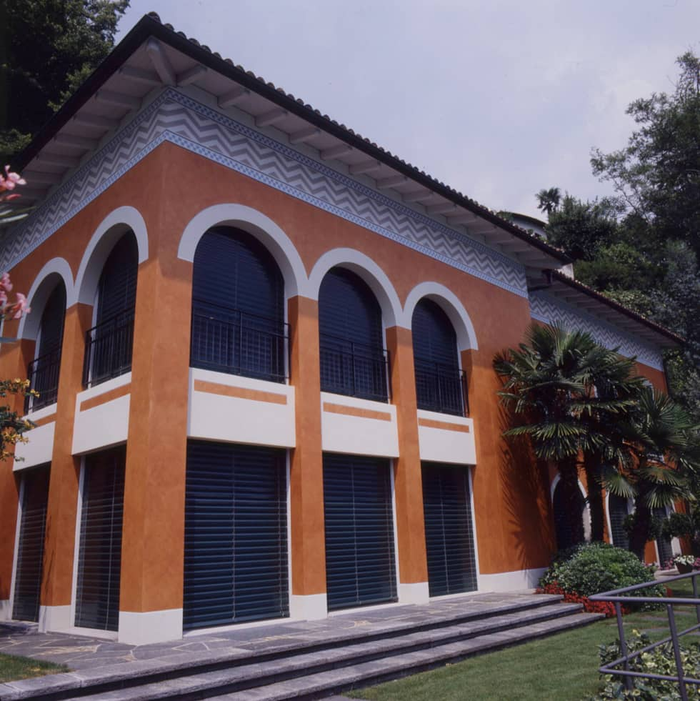 Vista esterna, fronte lago: Case in stile in stile Classico di Studio Mingaia