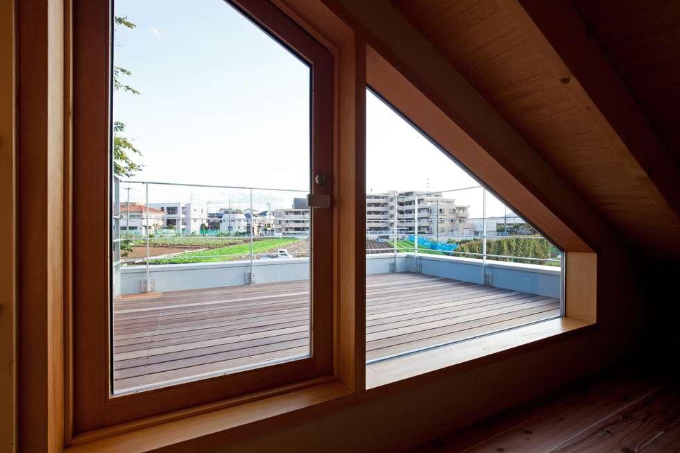 ビールを飲むために造った屋上!ちょっぴり贅沢なゆとり空間。: 根岸達己建築室が手掛けたベランダです。