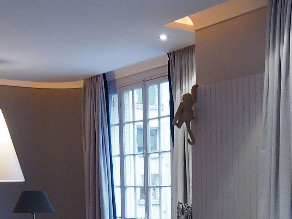 Faux plafond: Salon de style de style Moderne par STUDIO SANDRA HELLMANN