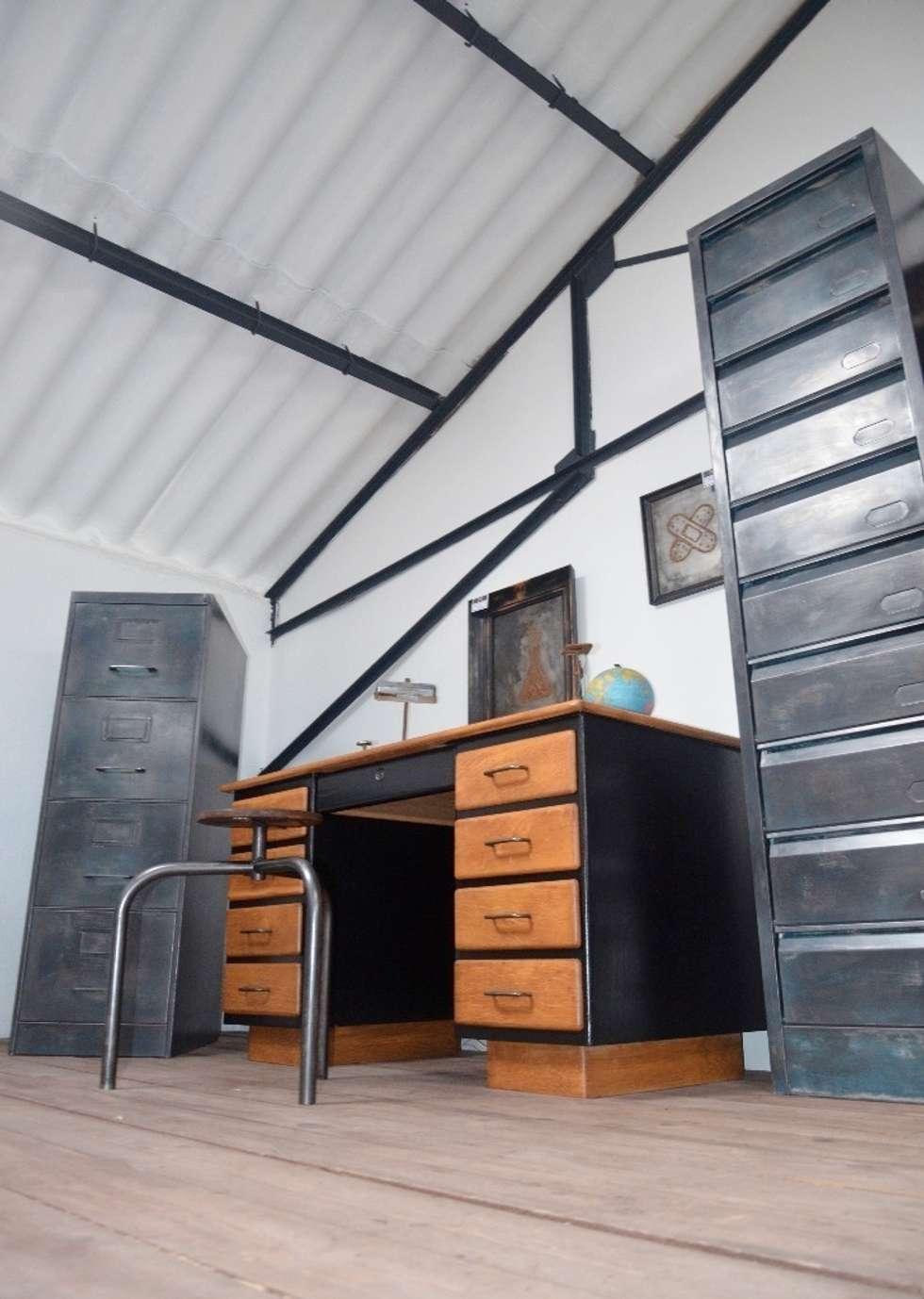 Zoom sur le showroom Hewel mobilier : Bureau de style de style Industriel par Hewel mobilier