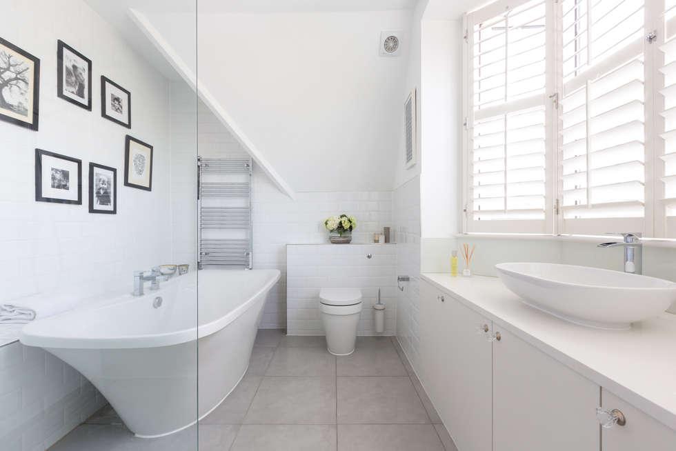 Baños de estilo minimalista por Granit Architects