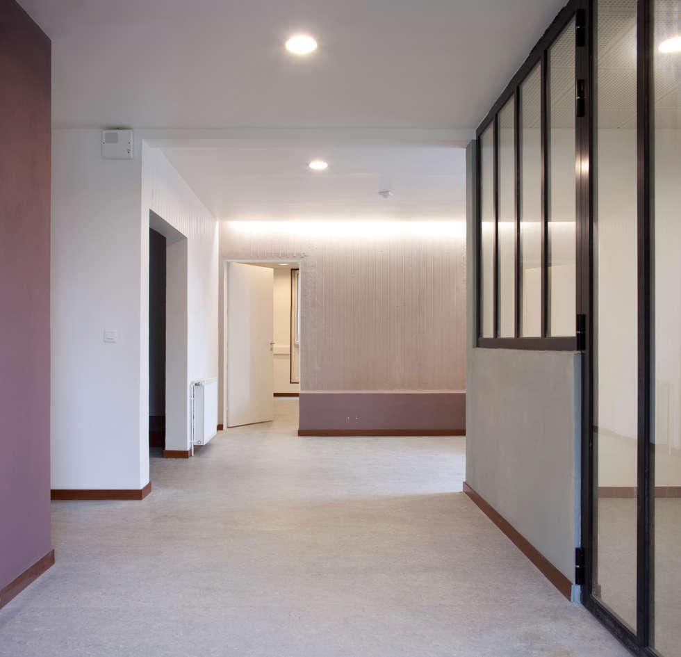 Hall d'entrée vu depuis la porte: Ecoles de style  par Hélène Reinhard / Atelier CAIROS architectes et paysagistes associés