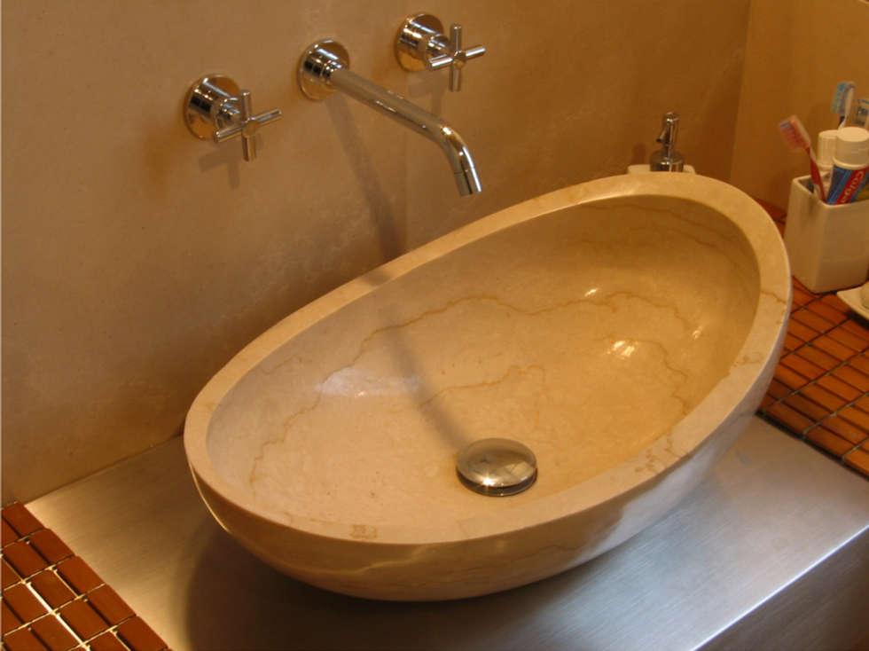 bagno padronale: Bagno in stile in stile Mediterraneo di Stefano Chiocchini architetto & designer