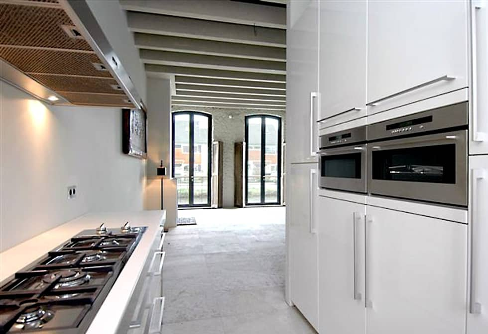 Loft in oude textielfabriek: minimalistische Keuken door Archivice Architektenburo