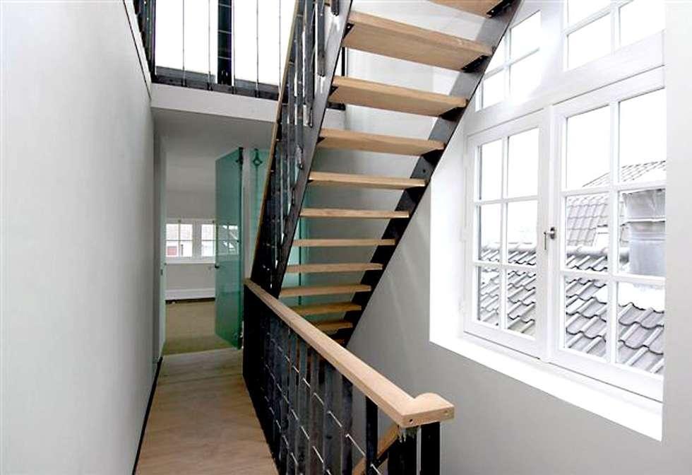 Loft in oude textielfabriek:  Gang en hal door Archivice Architektenburo