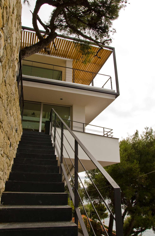 La scala di accesso dal basso.: Case in stile in stile Minimalista di Studio 4