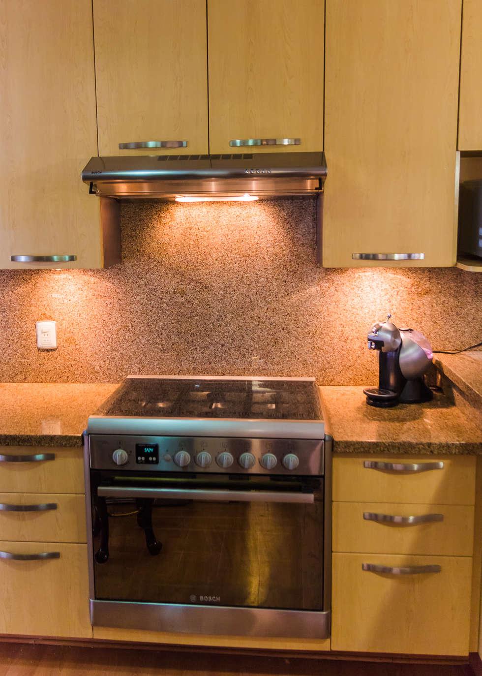 El granito como detalle: Cocinas de estilo moderno por Mikkael Kreis Architects