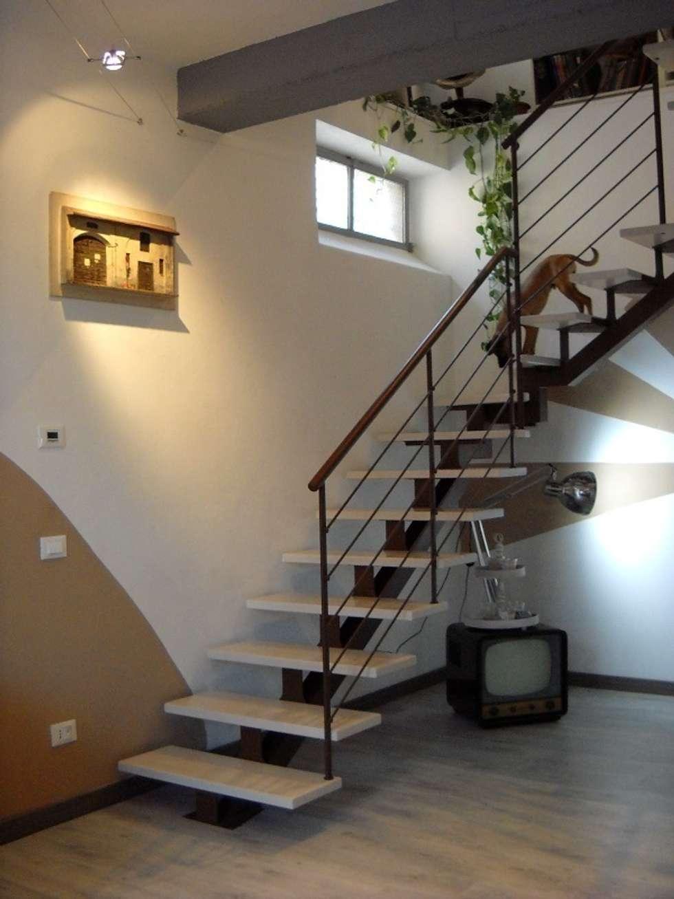 partenza scala: Ingresso & Corridoio in stile  di A2architetti