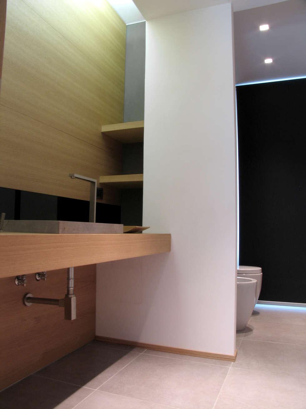 Bagno 1: Bagno in stile in stile Minimalista di VZSTUDIO architettura