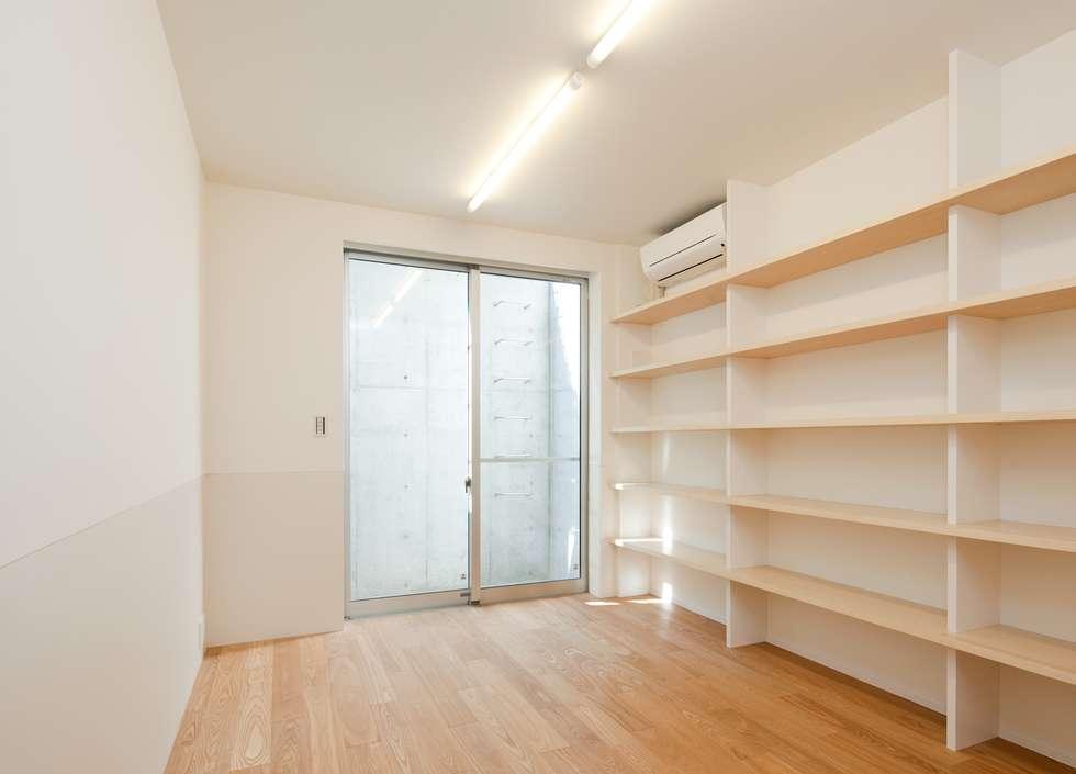 地下書斎: Unico design一級建築士事務所が手掛けた書斎です。