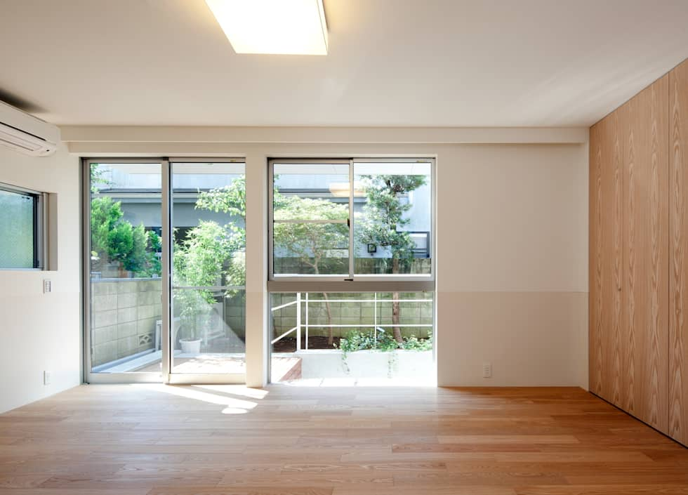 母の個室: Unico design一級建築士事務所が手掛けた寝室です。