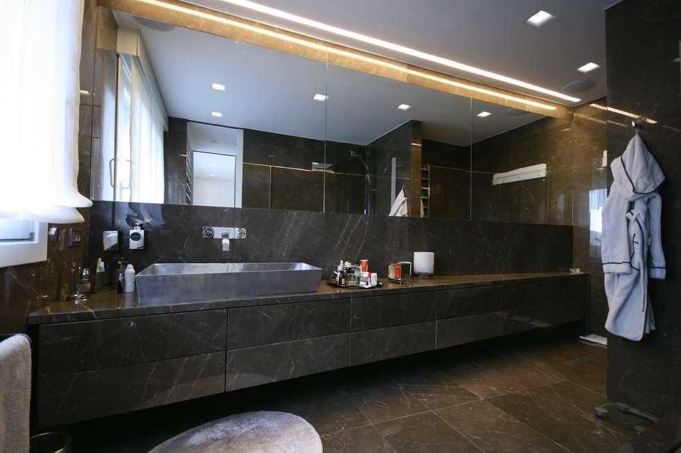 """Casa Joe - bagno master  """"lui"""" : Bagno in stile in stile Moderno di studiodonizelli"""
