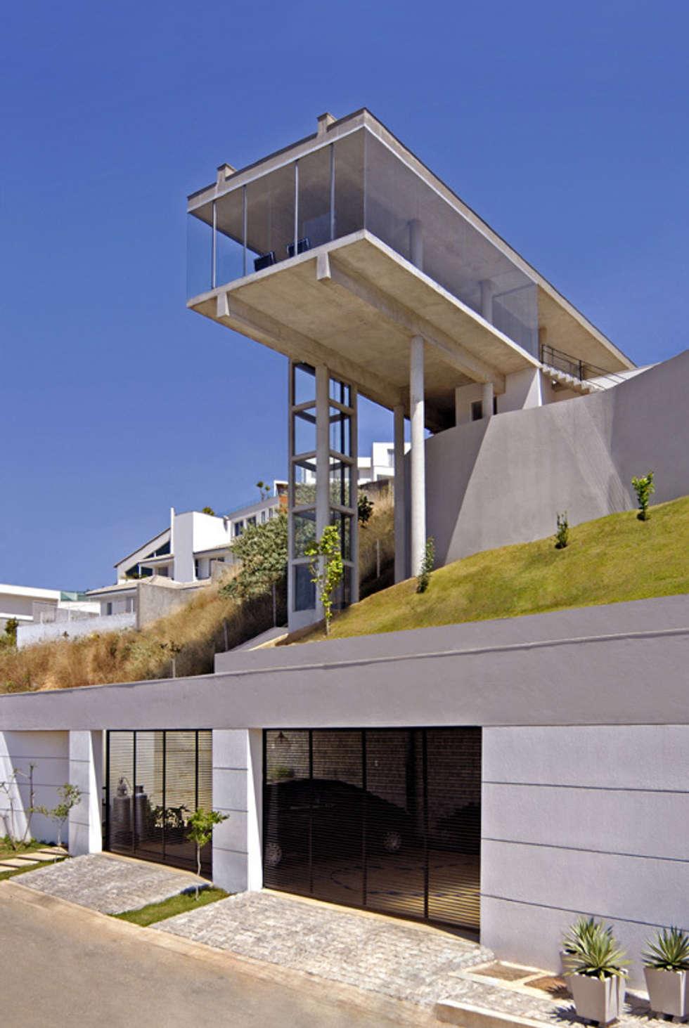 VIsta a partir da rua.: Casas modernas por Humberto Hermeto
