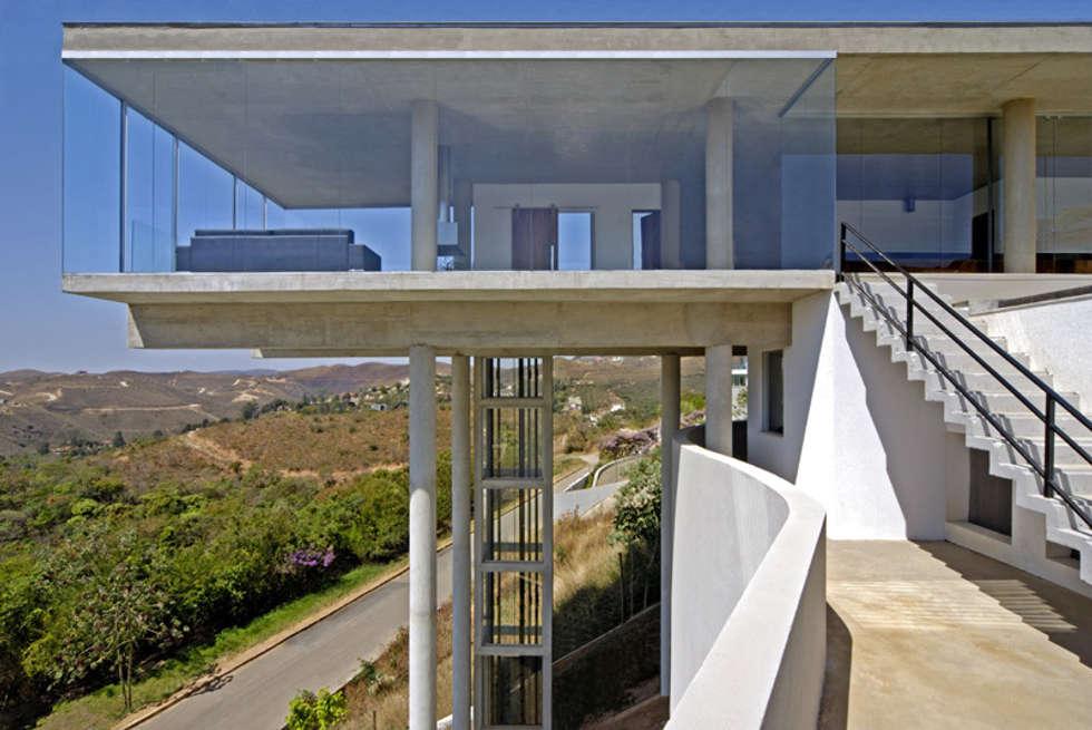 Vista externa.: Casas modernas por Humberto Hermeto