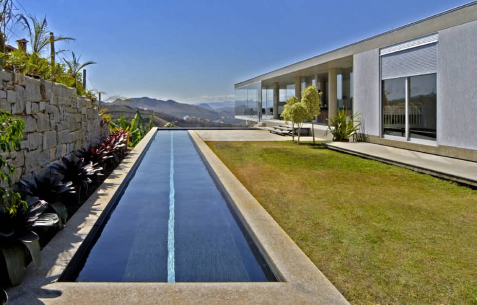 Vista a partir da área externa contígua à casa.: Casas modernas por Humberto Hermeto