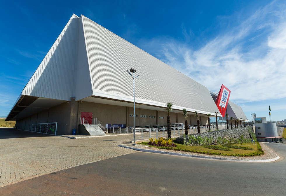 CD Pague Menos: Espaços comerciais  por LDBW – Luiz Deusdara Building Workshop