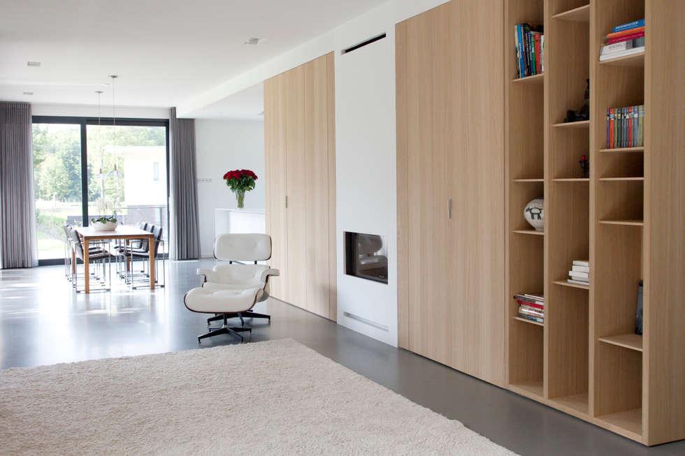 Moderne woonkamer: moderne Woonkamer door Archstudio Architecten | Villa's en interieur