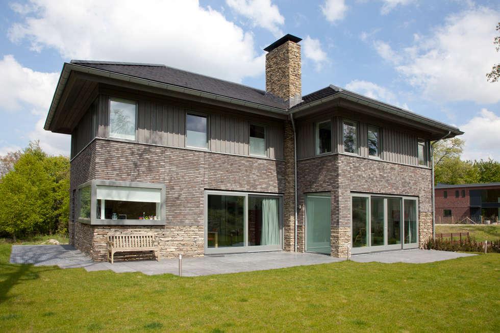 Moderne villa: moderne Huizen door Archstudio Architecten | Villa's en interieur