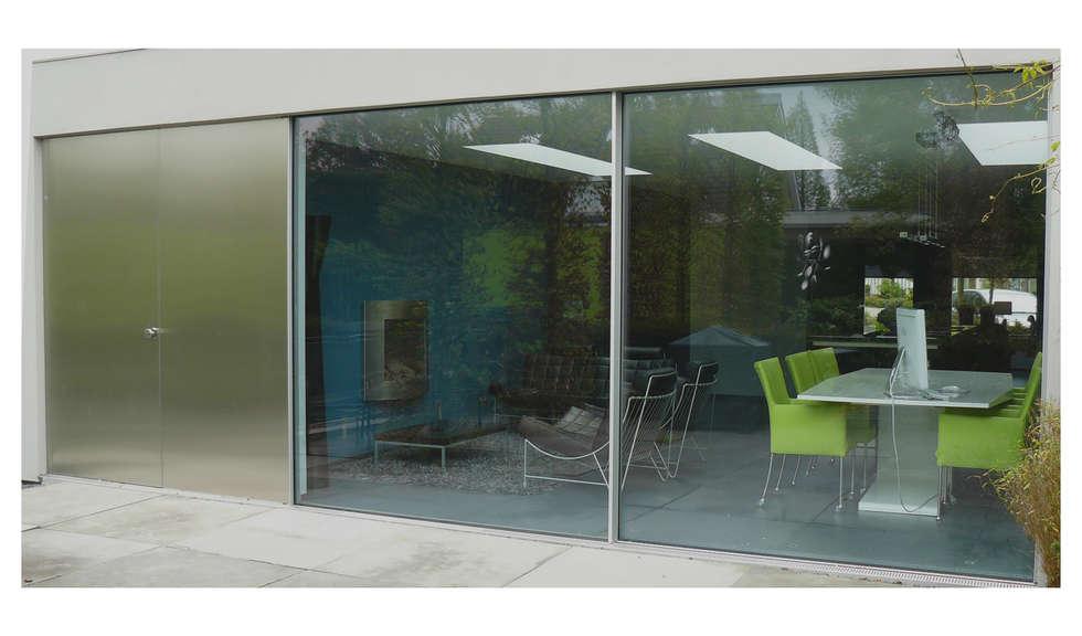 minimalistische uitbouw: minimalistische Woonkamer door Joris Verhoeven Architectuur