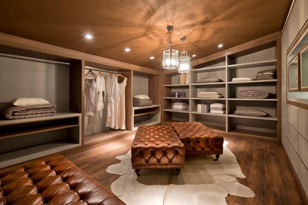 Loft de 250m²: Closets modernos por Riskalla & Mueller Arquitetura e Interiores