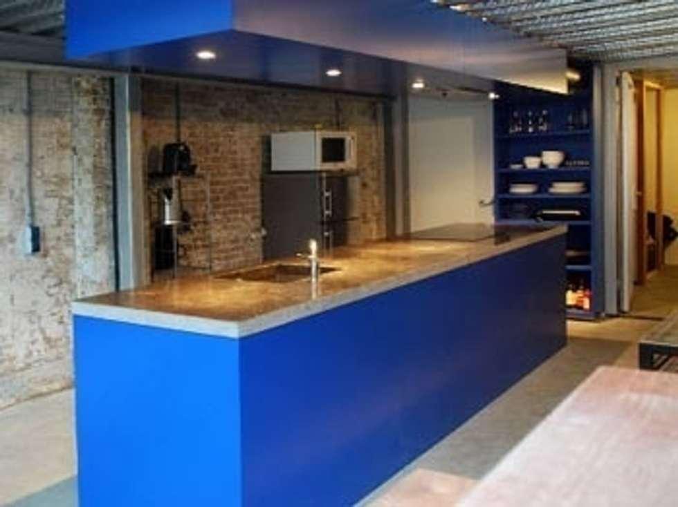 Kitchen 'blue'/ keuken 'spa blauw': industriële Keuken door Blok Meubel