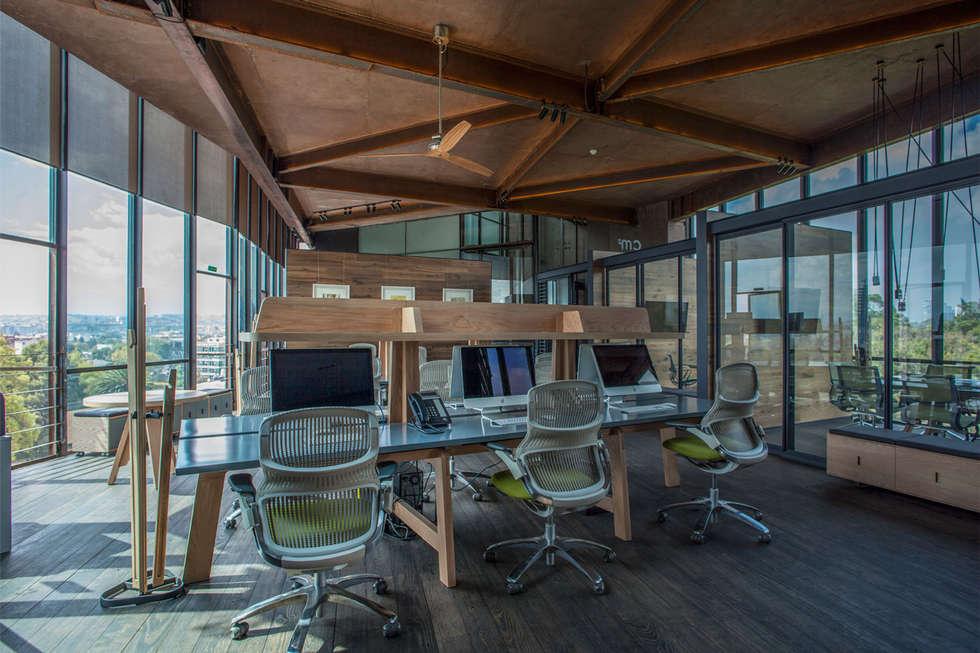 Espacio central: Oficinas y tiendas de estilo  por Cm2 Management