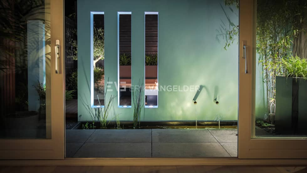 Patiotuin met muur vensters : moderne Tuin door ERIK VAN GELDER | Devoted to Garden Design