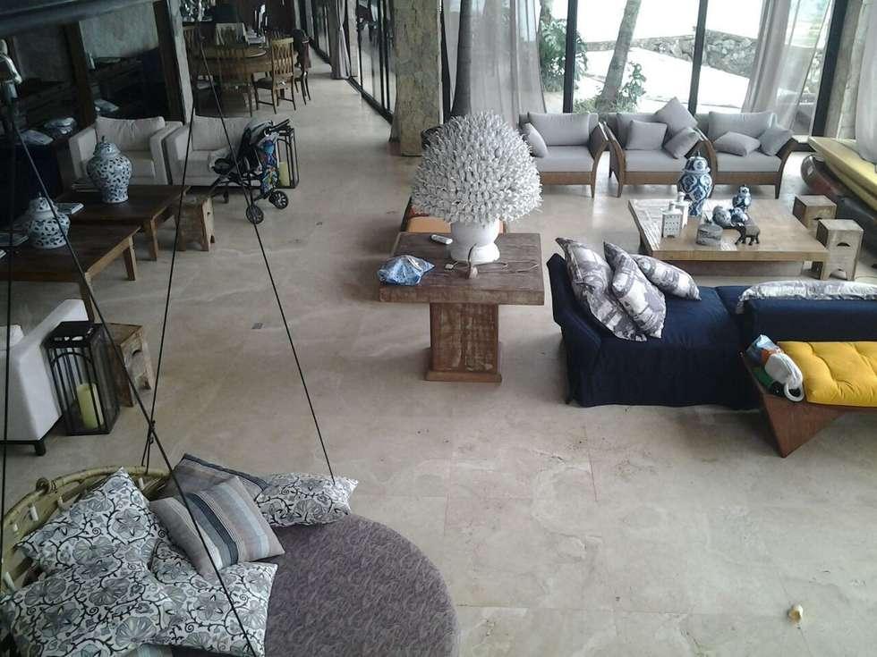 Travertino Navona Toscano cortado contra o verso: Salas de estar  por CAMASA Marmores & Design