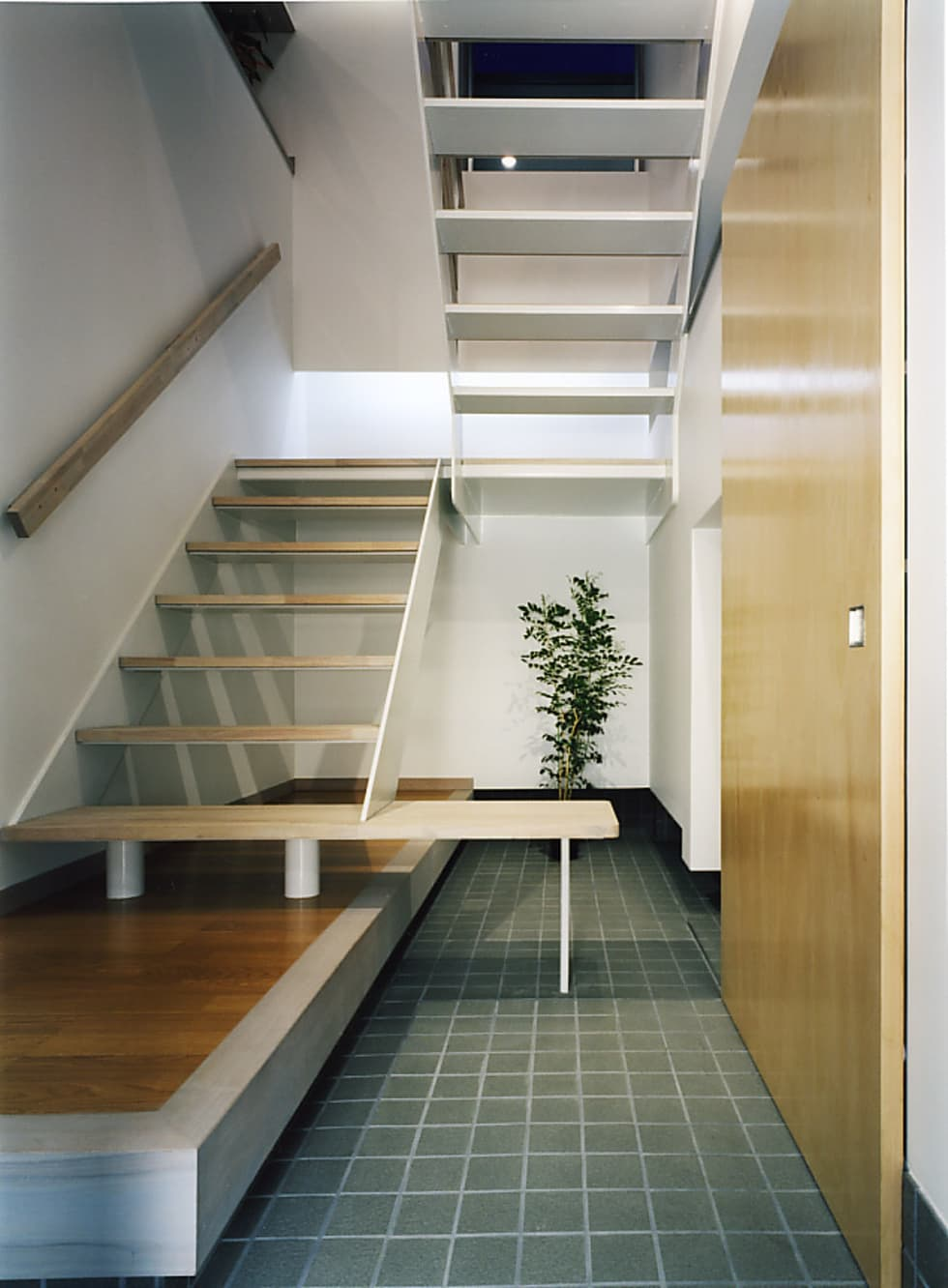 玄関 階段: 濱嵜良実+株式会社 浜﨑工務店一級建築士事務所が手掛けた廊下 & 玄関です。