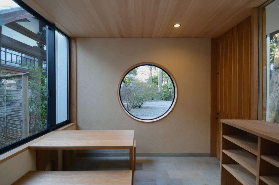 玄関(檀家用): 中川龍吾建築設計事務所が手掛けた庭です。
