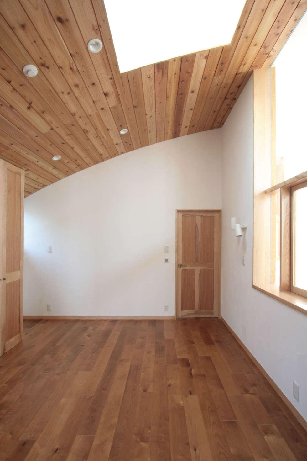 主寝室: 中川龍吾建築設計事務所が手掛けた寝室です。