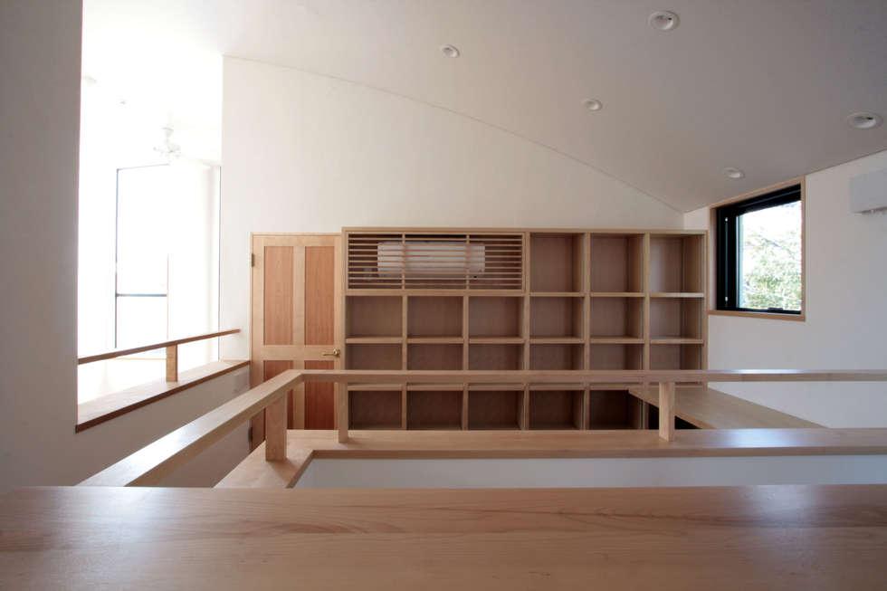 書斎(デスクコーナー): 中川龍吾建築設計事務所が手掛けた書斎です。