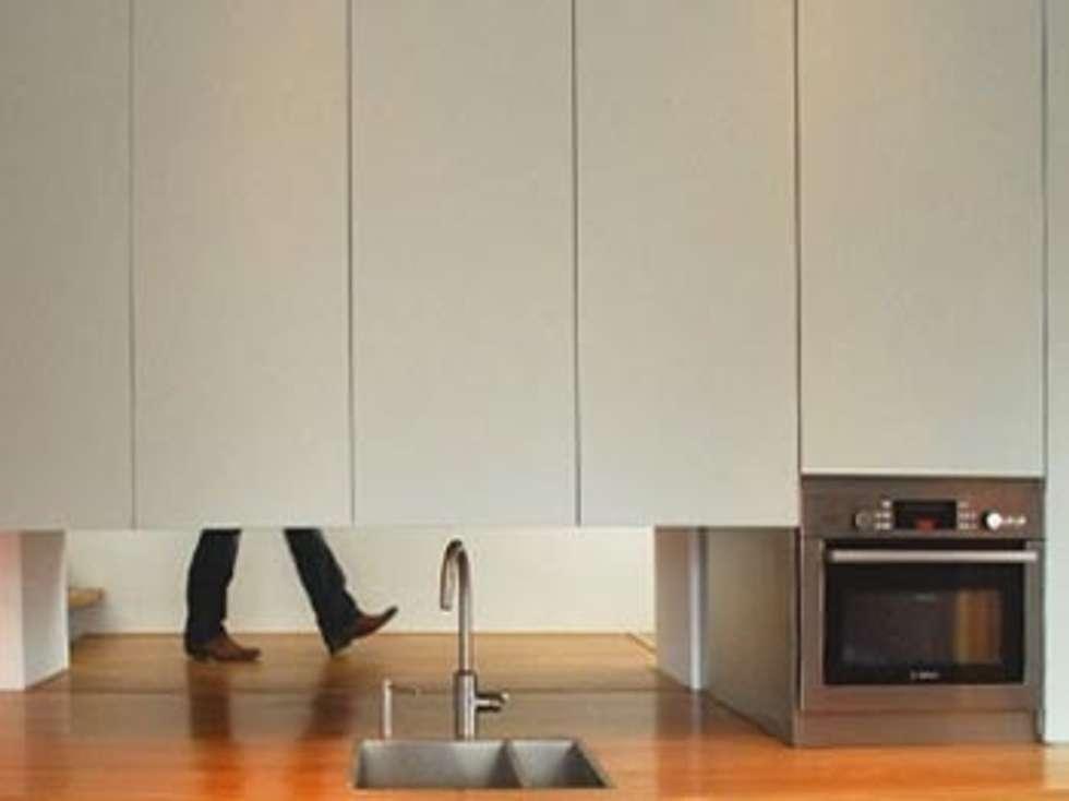 Perspective kitchen/ Doorkijk keuken: moderne Keuken door Blok Meubel