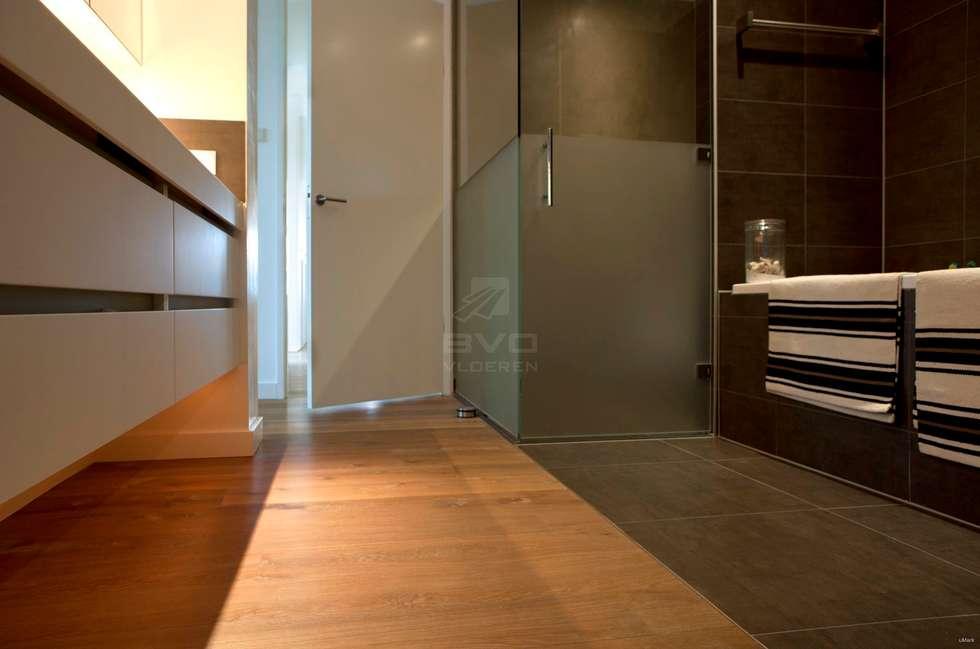 Houten vloer in badkamer : moderne Badkamer door BVO Vloeren