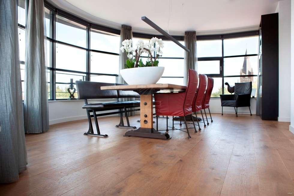 Houten vloer in eetkamer: moderne Eetkamer door BVO Vloeren