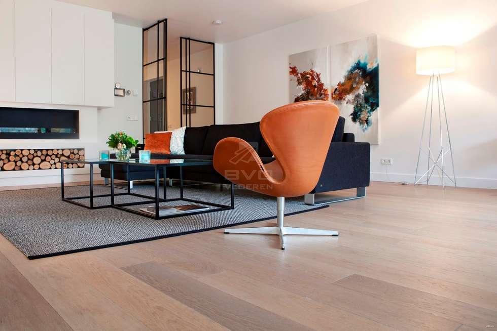 Eiken vloer in woonkamer: moderne Woonkamer door BVO Vloeren