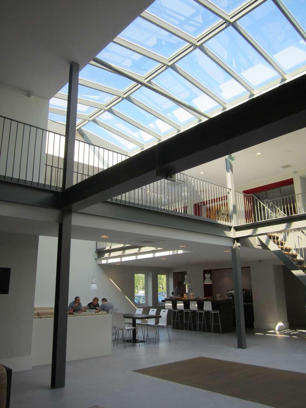 Houten zadeldak van Niek Roos:  Kantoorgebouwen door Niek Roos