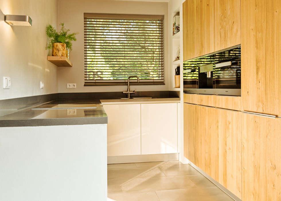 Wonen in een landelijk gebied: moderne Keuken door Jolanda Knook interieurvormgeving
