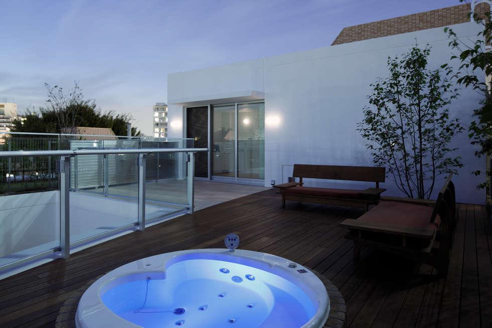 ROOF GARDEN & SPA | 数寄の家 | 高級邸宅: Mアーキテクツ|高級邸宅 豪邸 注文住宅 別荘建築 LUXURY HOUSES | M-architectsが手掛けたベランダです。