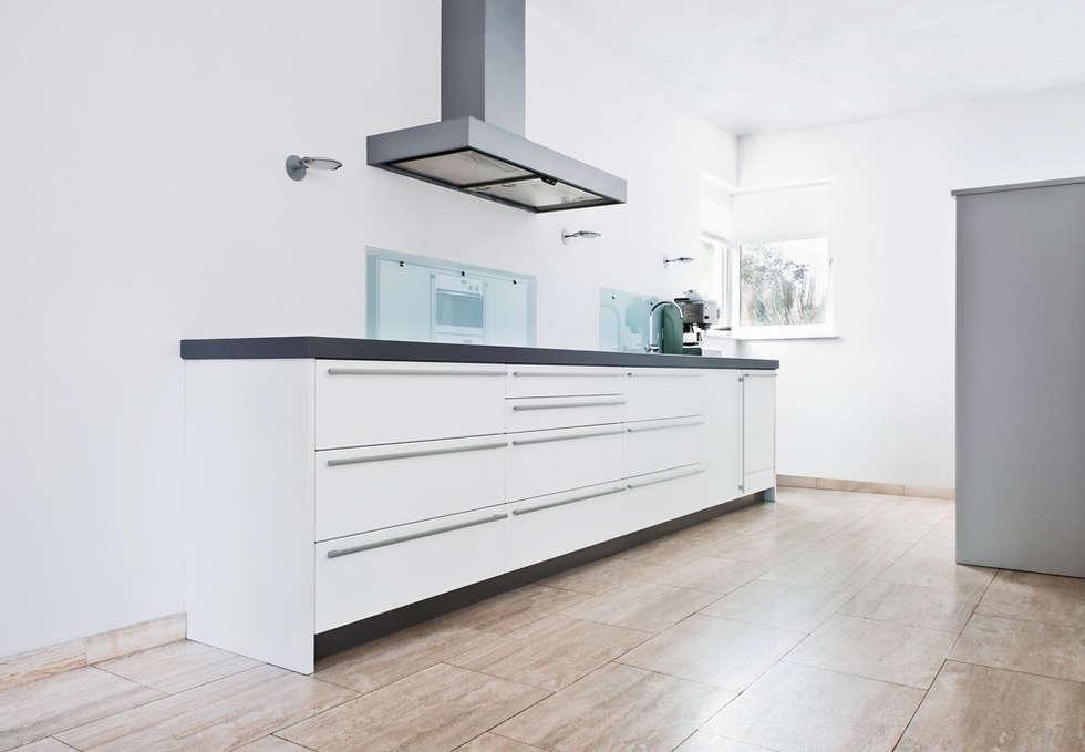 Strakke Witte Keuken : Strakke witte keuken met travertin vloer moderne keuken door
