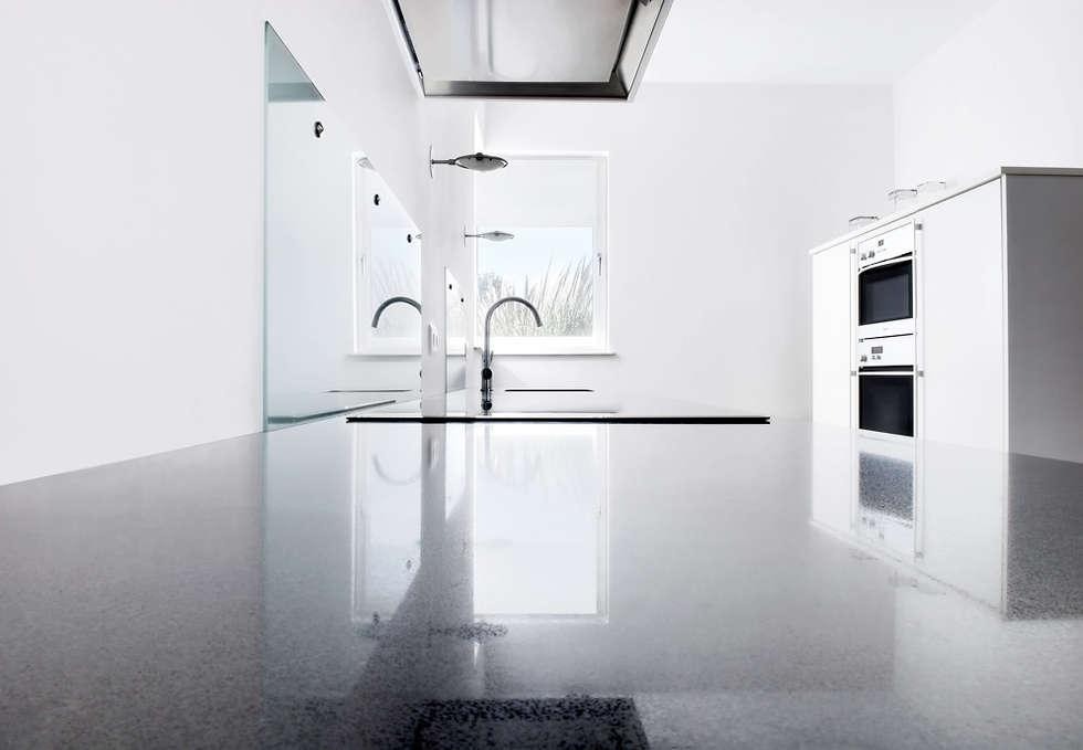 Moderne witte keuken in boerderij obly
