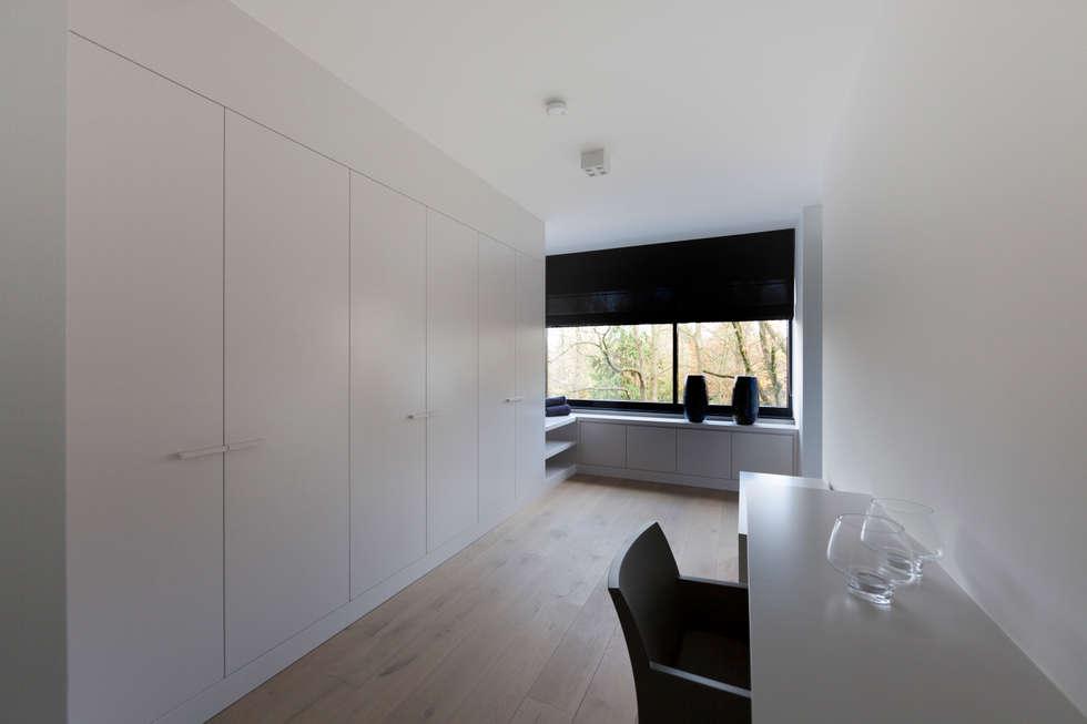 zwart - wit penthouse dressingroom: minimalistische Slaapkamer door Interieurvormgeving Inez Burvenich