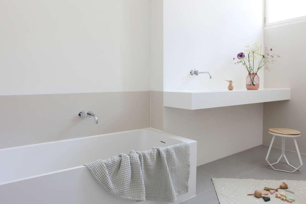 Kinderbadkamer privewoning Amsterdam: minimalistische Badkamer door Not Only White B.V.