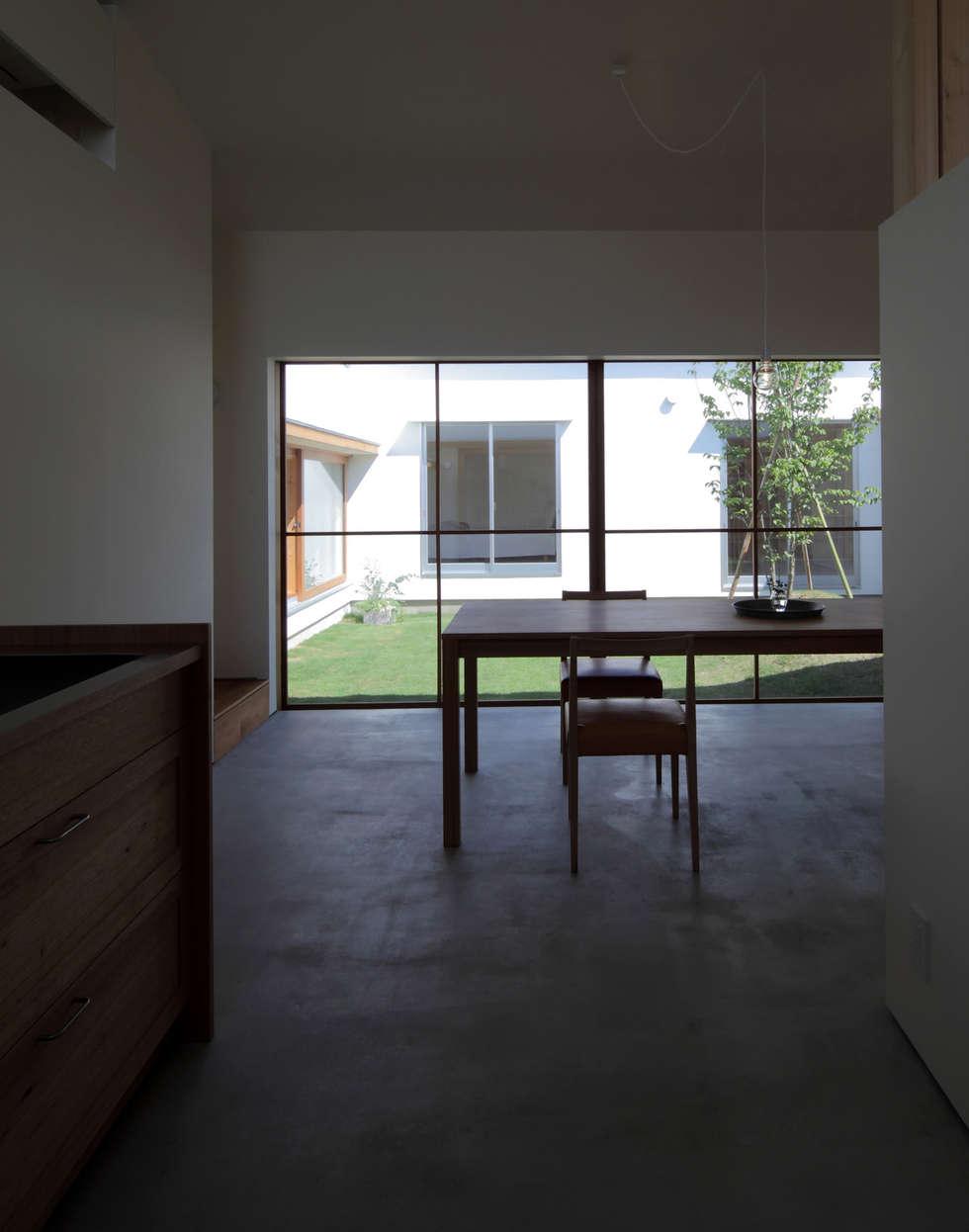 キッチンより中庭を眺める: 松原建築計画 / Matsubara Architect Design Officeが手掛けたリビングです。