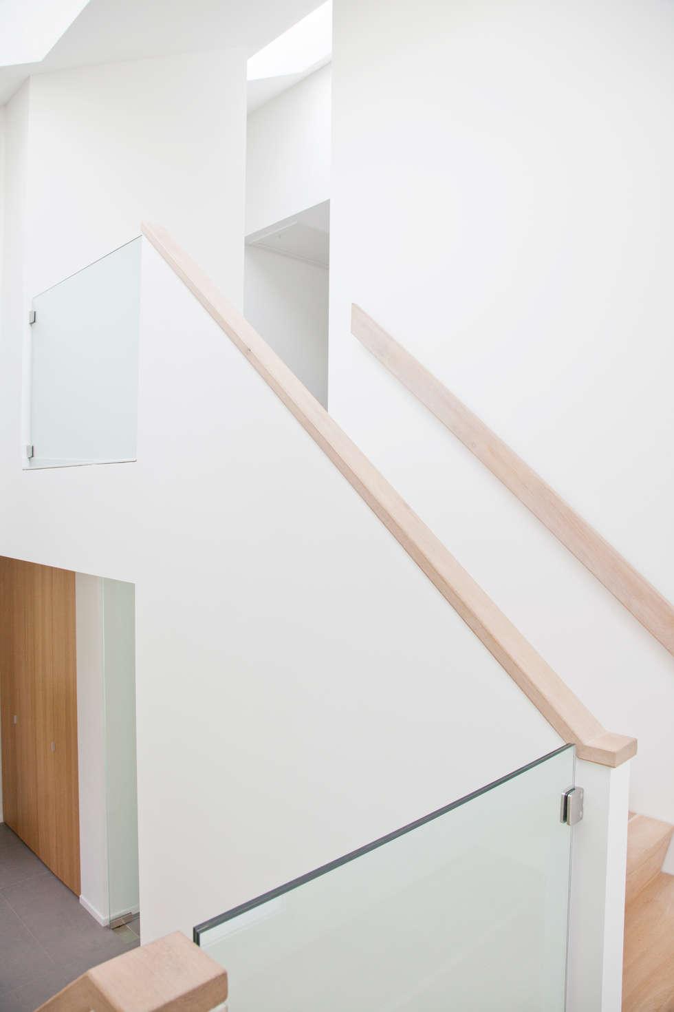 Trappenhuis:  Gang en hal door Archstudio Architecten   Villa's en interieur