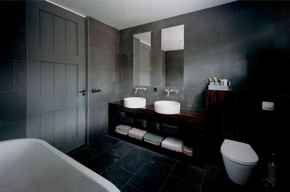 villa Bergen II: moderne Badkamer door paul seuntjens architectuur en interieur