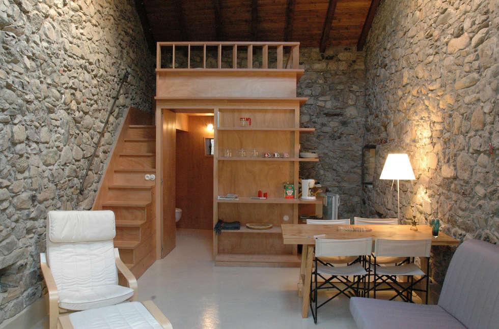 Fienile: Soggiorno in stile in stile Moderno di Pini&Sträuli Architects